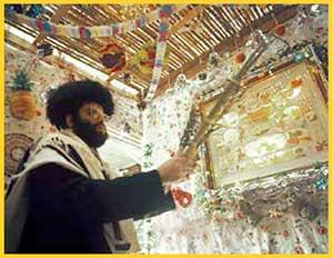 La lealtad israelita a Dios fue probada durante cuarenta años  de exilio en el desierto, lo cual se conmemora en la festividad de Sucot, durante la cual se construyen frágiles cabañas que recuerdan a las del desierto