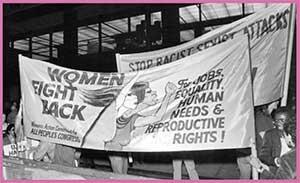 Pancarta con el lema «Women fight back» («Las mujeres responden») en una protesta callejera de 1980. En esta época, feministas negras y blancas reclamaron la Enmienda de Igualdad de Derechos para las mujeres